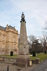 Cour d'Appel -  Lampadaire sur colonne devant la cour d'appel de Colmar; 9 avenue Raymond Poincaré