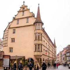 Maison - English: Colmar regorge de beaux bâtiments, en voilà un datant du début du XVIIe siècle, servant à l'époque de presbytère pour le culte protestant. Maintenant, il accueil des boutiques.