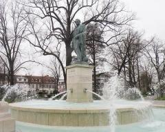 Statue de l'amiral Bruat - Русский: Фонтан и площадь имени  адмирала Бруа