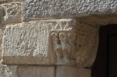 Couvent - Deutsch: Kirche Saint-Jacques-le-Majeur (Jakobus der Ältere) in Feldbach im Département Haut-Rhin (Elsass/Frankreich), Kapitell am Seitenportal