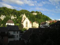 Eglise catholique Saint-Bernard-de-Menthon - Deutsch: Kirche von Ferrette mit der Burgruine Hohenpfirt