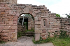 Ruines des châteaux de Weckmund et de Wahlenbourg -  L\'entrée du château du Wahlenbourg  (au centre des trois tours)