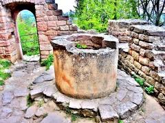 Ruines des châteaux de Weckmund et de Wahlenbourg - Français:   Le puits, dans la cour du château de Wahlenbourg
