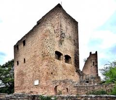 Ruines des châteaux de Weckmund et de Wahlenbourg - Français:   Tour du château de Wahlenbourg, vue du seuil d\'entrée