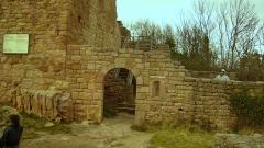 Ruines des châteaux de Weckmund et de Wahlenbourg - Français:   Vestiges du château d\'Eguisheim - Porte d\'entrée du Wahlenbourg