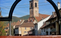 Eglise catholique Saint-Martin -  L'Eglise saint Martin de Masevaux  ( photo prise sur la passerelle)