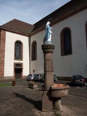 Eglise catholique Saint-Martin - Français:   Masevaux (Haut-Rhin 68) Alsace, fontaine de la Vierge et église Saint-Martin
