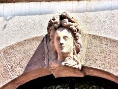 Hôtel de ville - Français:   Tête, (1), sur la façade de la mairie de Masevaux. Haut-Rhin