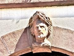 Hôtel de ville - Français:   Tête, (2), sur la façade de la mairie de Masevaux. Haut-Rhin
