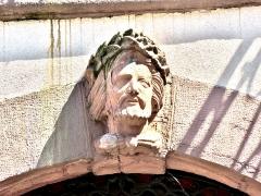 Hôtel de ville - Français:   Tête, (4), sur la façade de la mairie de Masevaux. Haut-Rhin