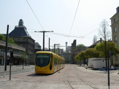 Anciennes fortifications - English: Mulhouse tramway near the Tower of Bollwerk and the Lycée Montaigne