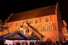 Ancien hôtel de ville, actuellement Musée historique - English: Christmas market in Mulhouse, Alsace, France