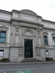 Immeubles entourant le square de la Bourse - Français:   Mulhouse (Haut-Rhin): façade latérale du Musée de l\'impression sur étoffes, vue depuis la rue des Bonnes-Gens