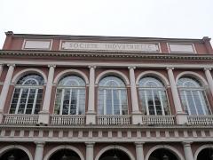 Immeubles entourant le square de la Bourse - Français:   Mulhouse (Haut-Rhin): Société industrielle de Mulhouse (SIM), place de la Bourse