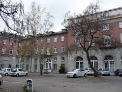 Immeubles entourant le square de la Bourse - Français:   Mulhouse (Haut-Rhin): façade arrière du siège de la Société industrielle de Mulhouse (SIM)