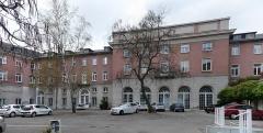 Immeubles entourant le square de la Bourse - Français:   Mulhouse (Haut-Rhin): façade arrière du siège de la Société industrielle de Mulhouse (SIM) (assemblage panoramique)