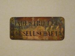 Immeubles entourant le square de la Bourse - Français:   Mulhouse (Haut-Rhin): plaque en métal doré (en allemand), vers 1880,  de la Société industrielle de Mulhouse, Musée de l\'impression sur étoffes
