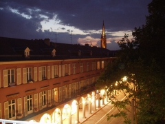 Immeuble bordant le square de la Bourse - Français:   La place de la Bourse, vue des toits