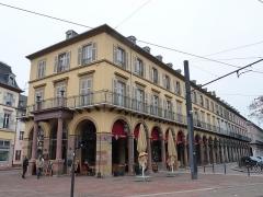 Immeuble bordant la place de la République - Français:   Mulhouse (Haut-Rhin): ancien Café Moll (auj. Garden Ice Café), 6 place de la République; 18, 20 rue du Maréchal-Joffre; rue Poincaré; inscrit aux MH en 1986