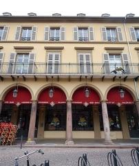 Immeuble bordant la place de la République - Français:   Mulhouse (Haut-Rhin): ancien Café Moll (auj. Garden Ice Café), 6 place de la République; 18, 20 rue du Maréchal-Joffre; rue Poincaré; inscrit aux MH en 1986 (assemblage panoramique)