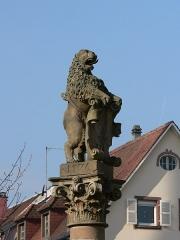 Fontaine -  Le Lion héraldique (1576) sur la fontaine de la place du marché à Munster, Alsace, France