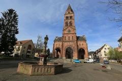 Fontaine -  Église protestante et fontaine au lion de Munster (Alsace)