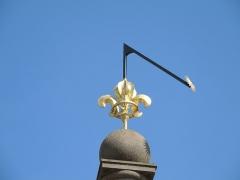 Place d'Armes Général-de-Gaulle (anciennement Place Centrale) - Français:   Le lys et le soleil, au sommet de la colonne de la fontaine au centre de la place d\'armes