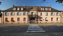 Place d'Armes Général-de-Gaulle (anciennement Place Centrale) - Français:   Hôtel du Gouvernement, 6 place d\'Armes (Inscrit, 1932)