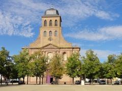 Place d'Armes Général-de-Gaulle (anciennement Place Centrale) - Français:   Alsace, Haut-Rhin, Église Saint-Louis de Neuf-Brisach (PA00085557, IA68005199).