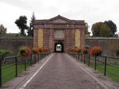 Remparts - Porte de Colmar à Neuf-Brisach (Haut-Rhin, France).