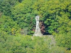 Statue monumentale de la Vierge à l'Enfant dite Vierge d'Alsace ou à l'Offrande - Français:   Statue de la Vierge d\'Alsace, vue de la place de la mairie de Niederbruck. Haut-Rhin.