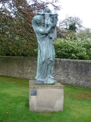 Statue monumentale de la Vierge à l'Enfant dite Vierge d'Alsace ou à l'Offrande - English: Statue in the grounds of the Scottish National Gallery Of Modern  Art, Edinburgh