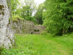 Ruines du château de Morimont - English: Castle Morimont - north-eastern turret as seen from the entrance area