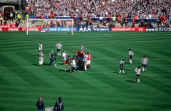 Ancienne maison de l'Oeuvre Notre-Dame - English: Manchester United's players celebrate their 2–0 win over Newcastle United in the 1999 FA Cup Final at Wembley Stadium on 22 May 1999