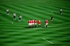 Ancienne maison de l'Oeuvre Notre-Dame - English: Newcastle United midfielder Nolberto Solano prepares to take a free kick on the edge of the Manchester United penalty area in the 1999 FA Cup Final at Wembley Stadium on 22 May 1999