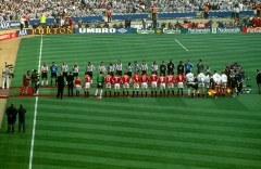 Ancienne maison de l'Oeuvre Notre-Dame - English: The Manchester United and Newcastle United teams line up ahead of the 1999 FA Cup Final