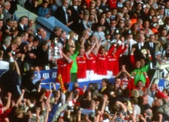 Ancienne maison de l'Oeuvre Notre-Dame - English: Manchester United captain Roy Keane lifts the FA Cup, presented to him by Charles, Prince of Wales, after his side beat Newcastle United 2–0 in the 1999 FA Cup Final at Wembley Stadium on 22 May 1999