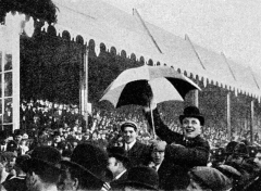 Ancienne maison de l'Oeuvre Notre-Dame - English: A Newcastle United FC fan photographed during the 1905 FA Cup final.