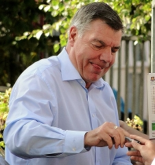 Ancienne maison de l'Oeuvre Notre-Dame - English: West Ham United manager, Sam Allardyce, signing autographs for  fans at the Boleyn Ground before West Ham's win against Queens Park Rangers, October 2014.