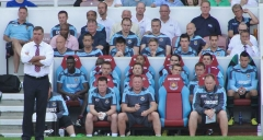 Ancienne maison de l'Oeuvre Notre-Dame - English: West Ham United manager (standing, white shirt), with the West Ham United bench at The Boleyn Ground.