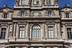 Ancien manoir seigneurial -  Le palais du Louvre à Paris.