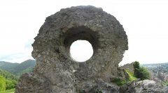 Ruines du château d'Engelbourg - Deutsch: Blick durch das Hexenauge, im Hintergrund die Stadt Thann