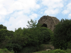 Ruines du château d'Engelbourg -  When the castle got blown up by the demolishing crews, one segment of a tower remained in one piece - they left it lying just like that.