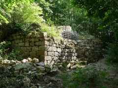 Ruines du château de Pflixbourg - Français:   Citerne du Château de Pflixbourg, Wintzenheim, Haut-Rhin.