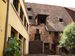 Ancien grenier médiéval - English:   Typical street in Colmar.