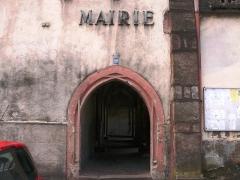 Ancien bâtiment conventuel -  Porte à arc brisé. Reste d'un cloître gothique daté de 1517 (inscription au-dessus de la porte)