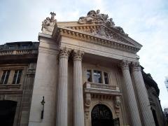 Bourse de commerce -  La Bourse de commerce de Paris est un édifice de plan circulaire surmonté d'une coupole situé rue de Viarmes, dans le quartier des Halles.