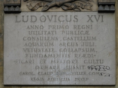 Fontaine du Trahoir - English: Plaque in latin on the fontain of the Croix du Trahoir, Paris 1st arr.)