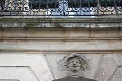 Ancien hôtel Charlemagne - Deutsch: Hôtel Charlemagne in Paris, Nr. 1 Place des Victoires, Maskaron