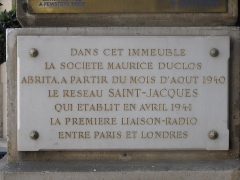 Ancien hôtel Delpech de Chaunot - English: Plaque in memory of the network Saint-Jacques of the french resistance: 8 Place Vendôme, 1st arr.  The text is: In this building, the company Maurice Duclos hid the network Saint-Jacques who realized in April 1941 the first radio transmission between Paris and London.